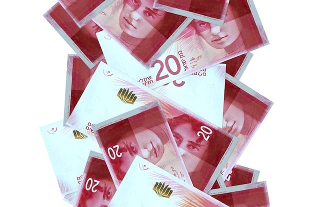 20 nowych izraelskich rachunków szekli pływających w dół na białym tle. wiele banknotów spada z białymi miejscami na kopię po lewej i prawej stronie