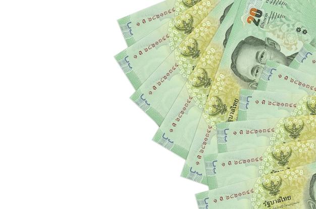 20 rachunków bahtów tajskich leży na białym tle z miejsca kopiowania