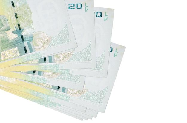 20 rachunków bahtów tajskich leży w małej wiązce lub paczce na białym tle. koncepcja biznesu i wymiany walut
