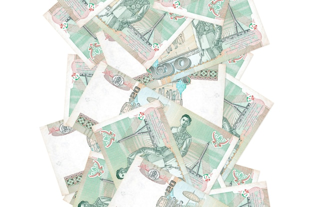 20 rachunków bahtów tajskich pływające w dół na białym tle. wiele banknotów spada z białymi miejscami na kopię po lewej i prawej stronie