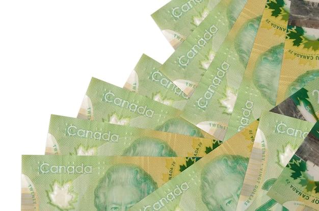20 rachunków kanadyjskich leży w innej kolejności na białym tle. lokalna bankowość lub koncepcja zarabiania pieniędzy.