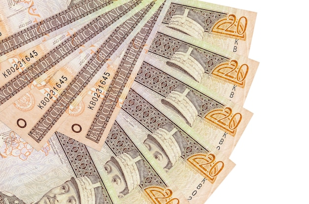 20 rachunków w peso dominikańskim leży na białym tle na białej ścianie z miejsca na kopię ułożone w kształcie wentylatora z bliska. koncepcja transakcji finansowych