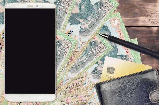 200 banknotów forintów węgierskich oraz smartfon z torebką i kartą kredytową