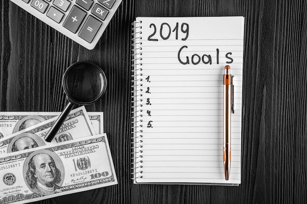 2019 cele na swoim notebooku. koncepcja rezolucji nowego roku. widok z góry.