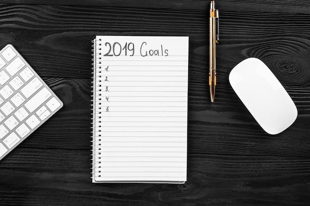 2019 cele w swoim notatniku. koncepcja rezolucji nowego roku. widok z góry.