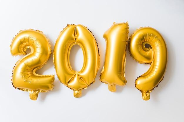 2019 napis z żółtymi balonami