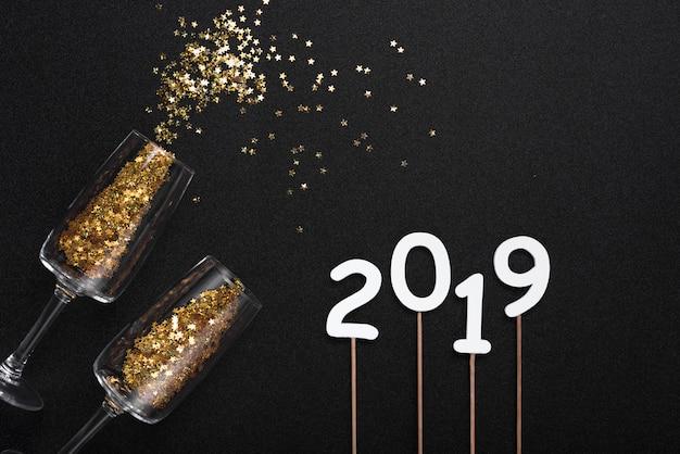 2019 napis ze spangles rozproszone od okularów
