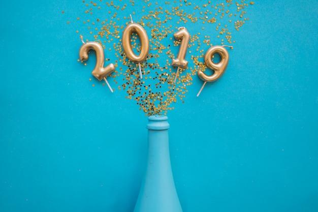 2019 napis ze świecami z butelki