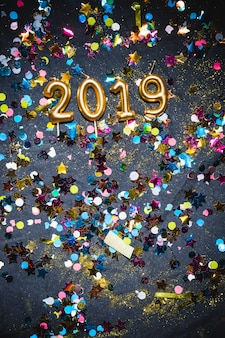 2019 świec między wielobarwne konfetti