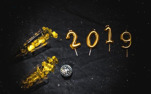 2019 w kształcie świeczki w okularach konfetti