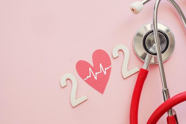 2020 drewniana liczba z czerwonym stetoskopem