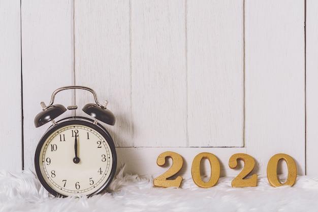 2020 drewniany tekst na białym futrze