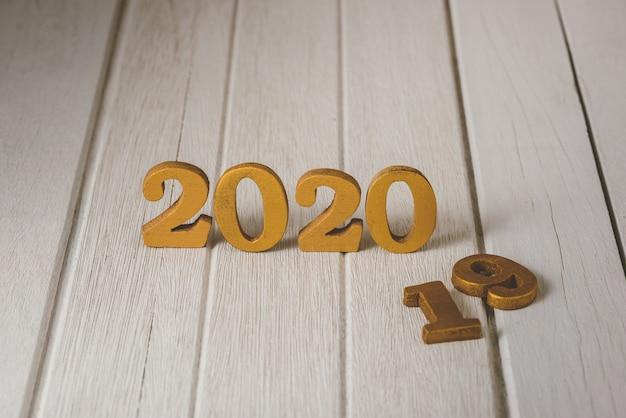 2020 drewniany złoty numer. szczęśliwego nowego roku na koncepcji natury