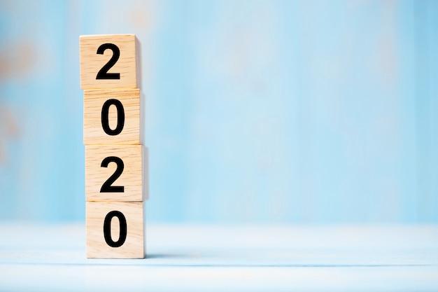 2020 drewnianych kostek na niebieskim stole