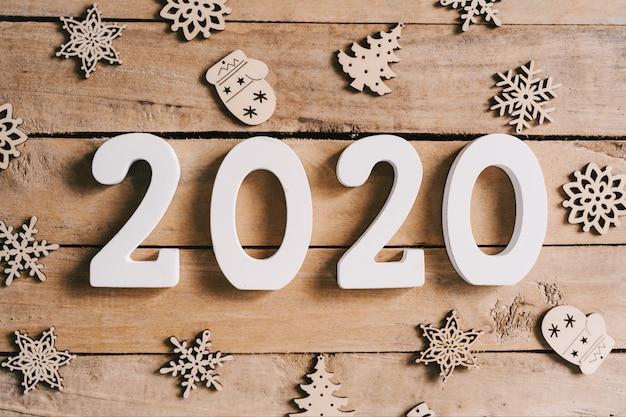2020 nowy rok pojęcie na drewno stole i boże narodzenie dekoraci tle.
