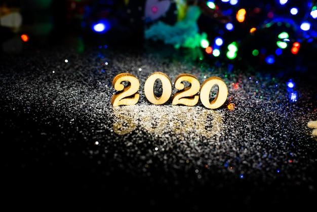 2020 ozdób choinkowych, świerkowych gałęzi na ciemnym drewnianym