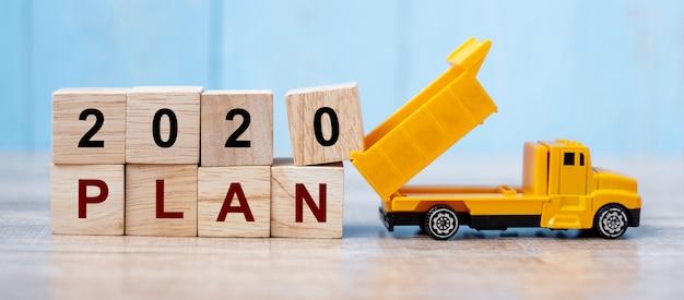 2020 szczęśliwego nowego roku z miniaturową ciężarówką