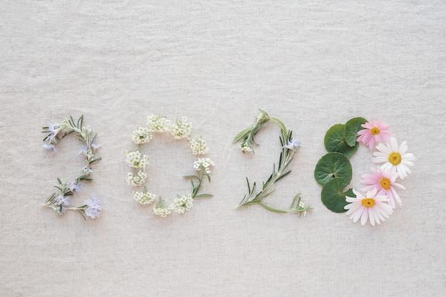 2020 wykonane z drobnych kwiatów i liści
