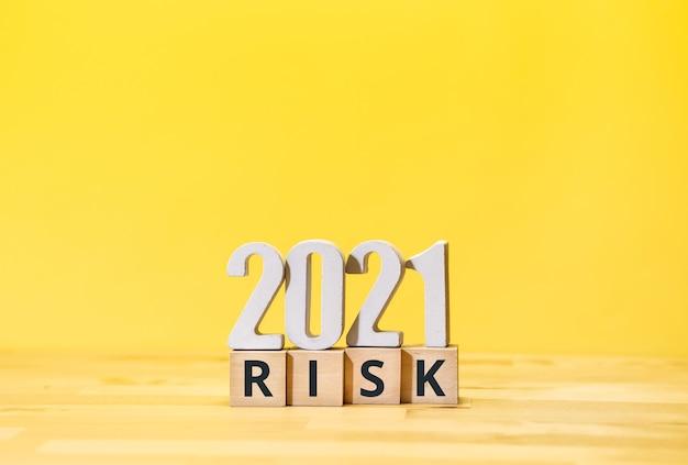 2021 koncepcje zarządzania ryzykiem i biznesem z tekstem na drewnianym pudełku. rozwiązanie do sukcesu