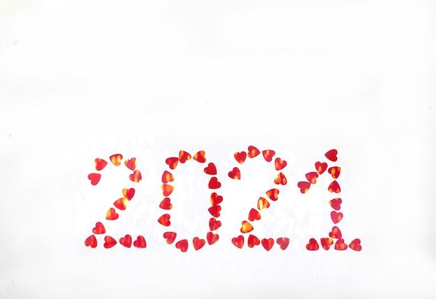 2021 podszyty czerwonymi błyszczącymi serduszkami na białej powierzchni