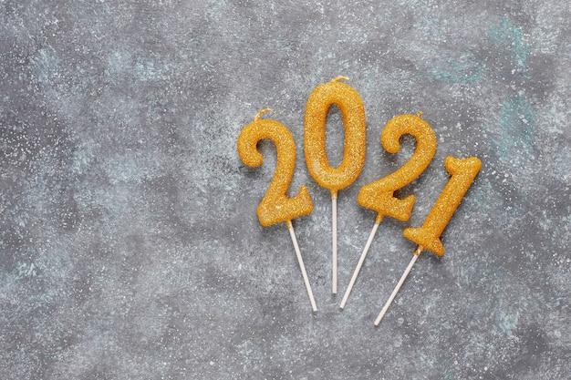 2021 rok ze świec. koncepcja obchodów nowego roku.