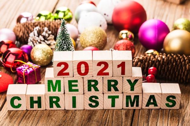 2021 wesołych świąt bożego narodzenia klocki z bombkami
