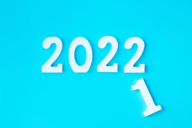 2021 zmienia się na 2022 na niebieskim tle. koncepcje planu, finansów, rozdzielczości, strategii, rozwiązania, celu, biznesu i nowego roku
