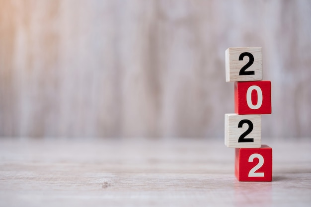 2022 blok drewniany sześcian na tle stołu. koncepcje rozwiązania, strategii, rozwiązania, celu, biznesu i nowego roku, nowego ty i wakacji