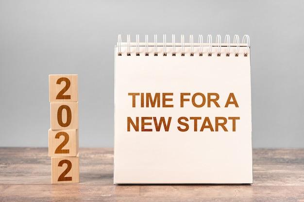 2022 czas na nowy początek zapisany w notatniku. koncepcja uruchomienia