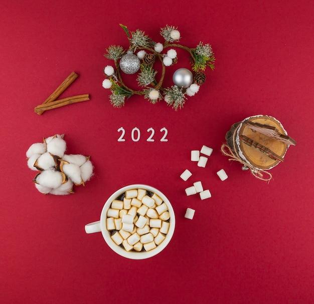 2022 szczęśliwego nowego roku dekoracja na czerwonym tle