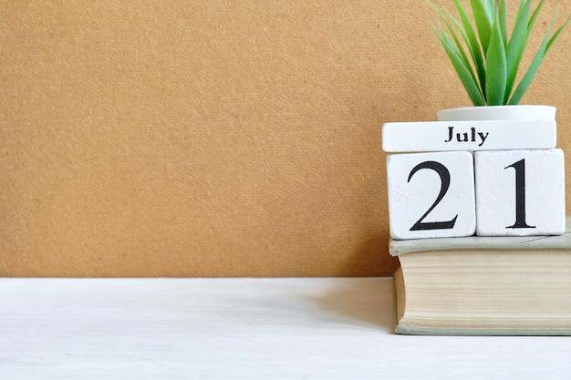 21 lipca - koncepcja kalendarza dwudziestego pierwszego dnia miesiąca na drewnianych klockach.