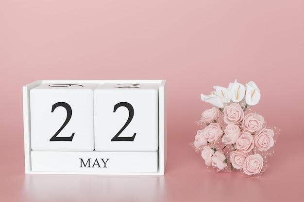 22 maja. dzień 22 miesiąca. kostka kalendarza na nowoczesnym różu