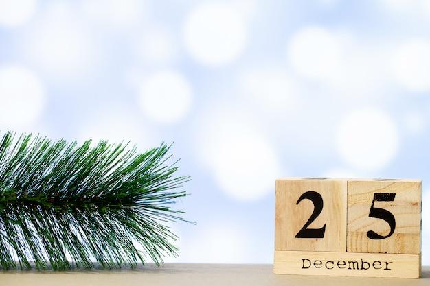 25 grudnia i świątecznych dekoracji na niebieskim tle