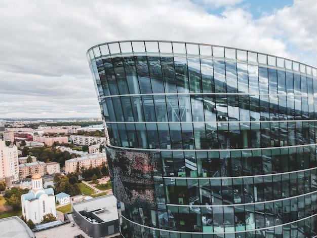 26.07.2019 sankt petersburg, rosja - zdjęcie lotnicze szklanego wieżowca centrum biznesowego, banku, centralnej wieży i dwóch budynków kompleksu hotelowo-restauracyjnego.