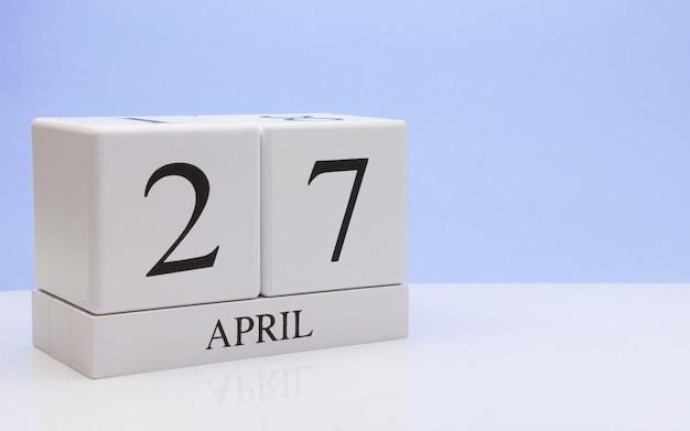 27 kwietnia. dzień 27 miesiąca, dzienny kalendarz na białym stole z refleksji