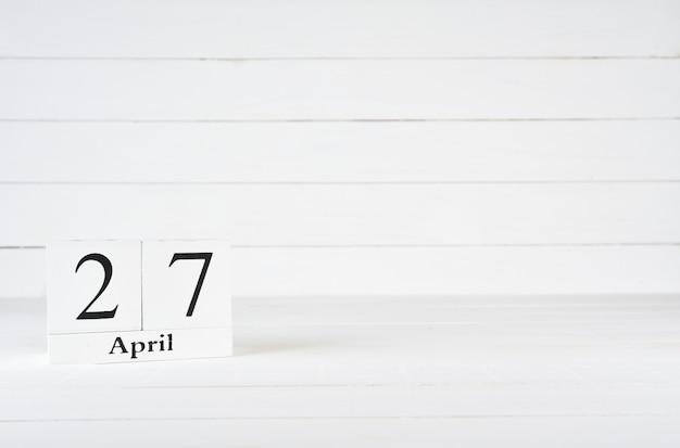 27 kwietnia, dzień 27 miesiąca, urodziny, rocznica, drewniany kalendarz na białym drewnianym tle z miejsca na kopię tekstu.