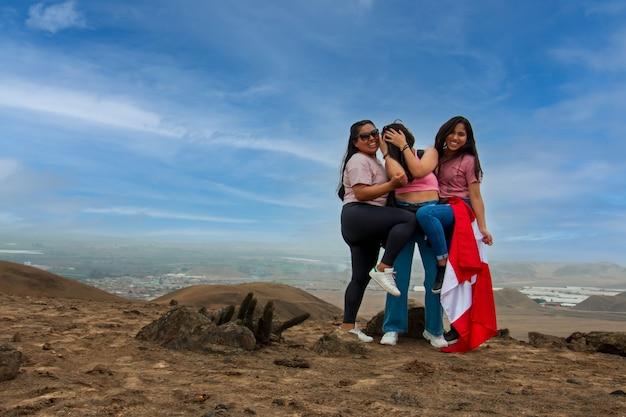 3 kobiety na wakacjach pozują radośnie, gestykulując twarzami