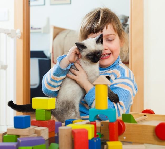 3 lata dziecko z kotkiem