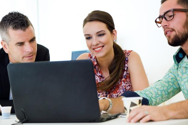 3 młodych pracowników w biurze