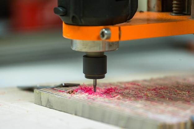3-osiowa maszyna cnc 3d rzeźbienie deskorolki, recykling deskorolki.