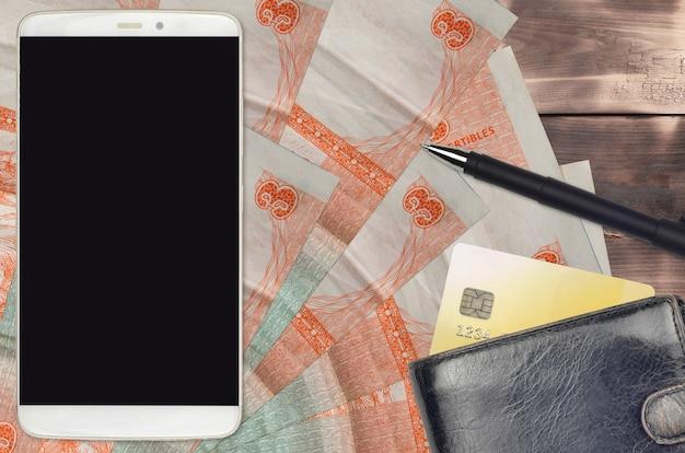 3 peso kubańskie wymienialne rachunki i smartfon z torebką i kartą kredytową