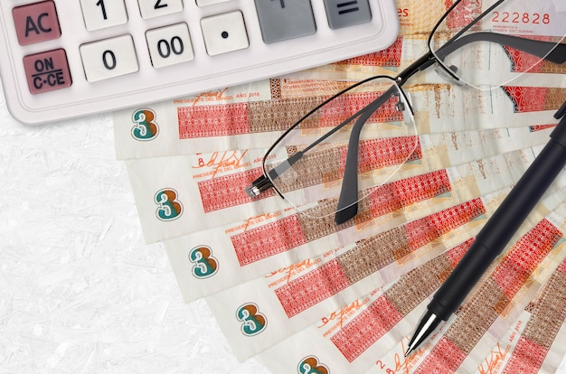 3 peso kubańskie wymienialne rachunki wachlarz i kalkulator z okularami i długopisem