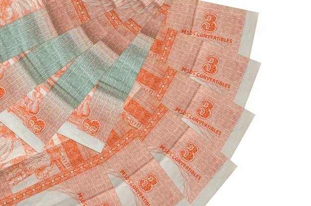 3 rachunki wymienialne peso kubańskie leży na białym tle ułożone w kształcie wentylatora z bliska. koncepcja transakcji finansowych