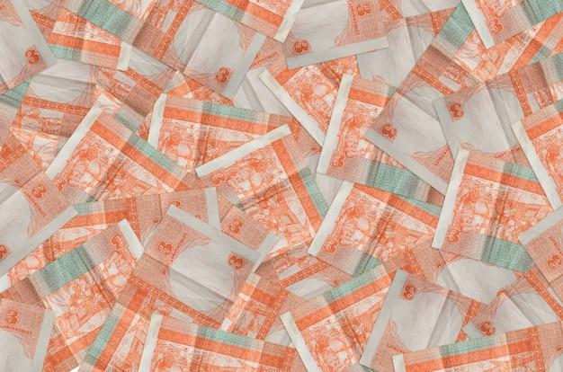 3 rachunki wymienialne w peso kubańskich leżą na stosie. dużo pieniędzy