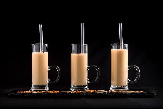 3 szklanki z koktajlami mlecznymi