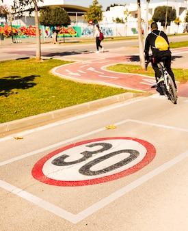 30 znak ograniczenia prędkości na ścieżce rowerowej w parku