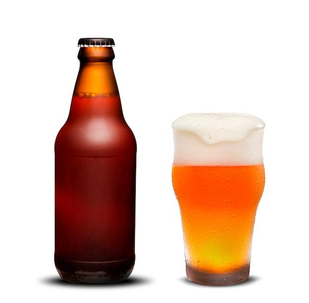 300 ml butelek piwa suche i szklane piwo z kroplami na białym tle.