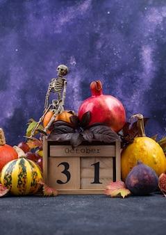 31 października. halloweenowa kompozycja z sezonowymi jesiennymi owocami.
