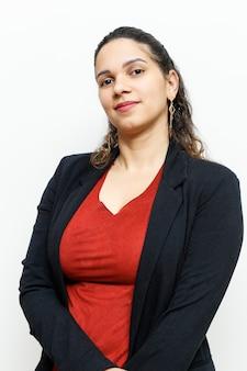36-letnia kobieta w stojącej profilu z czerwoną bluzką i czarnym blaser