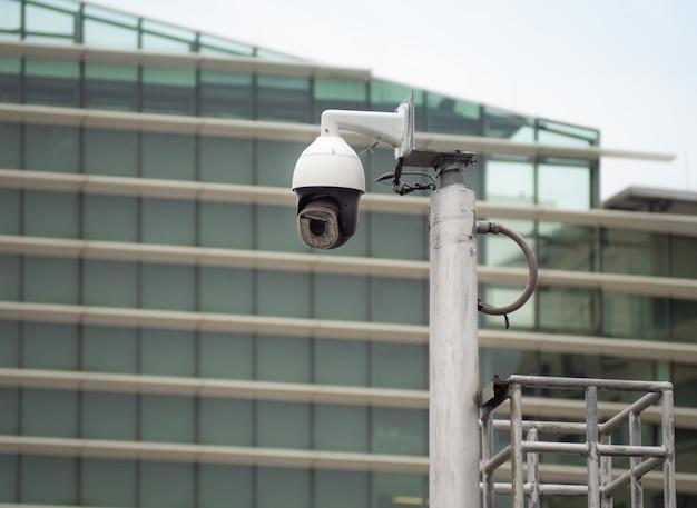 360-stopniowa kamera cctv typu rybie oko jest zainstalowana na kolumnie w mieście.